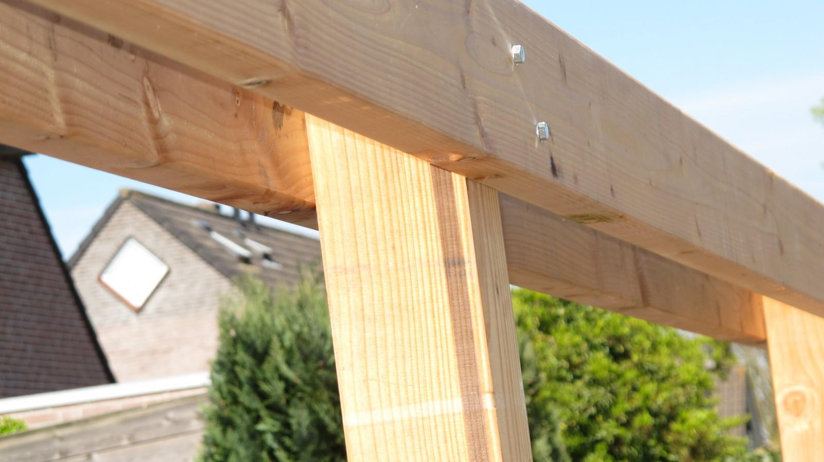 Om wat hoogte in de tuinen aan te brengen is een robuuste pergola van douglas hout aangebracht - Pergola hout bedekt ...